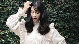Dian Sastrowardoyo bahkan sempat mengunggah gaya OOTD menggunakan sebuah simple dress berwarna putih di akun Instagram pribadinya. Tak sedikit netizen yang menyebut jika penampilannya terlihat bak aktris asal Korea Selatan. (Liputan6.com/IG/@therealdisastr)