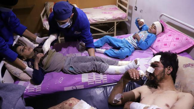 Dokter merawat Omar, ayah dan adik kandungnya yang berumur tujuh tahun, Manar. Anggota keluarga lainnya tidak selamat dari serangan udara tersebut. (Amer Almohibany/AFP)