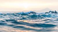 Ilustrasi arus, gelombang, laut. (Photo by Anastasia Taioglou on Unsplash)