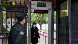 Detektor suhu tubuh terpasang di pintu masuk sekolah menengah pertama di Shanghai, China (21/4/2020). Sekolah-sekolah di kota tersebut aktif melakukan persiapan penuh menjelang pembukaan kembali kegiatan belajar-mengajar di kelas guna memastikan keselamatan para siswa dan guru. (Xinhua/Liu Ying)