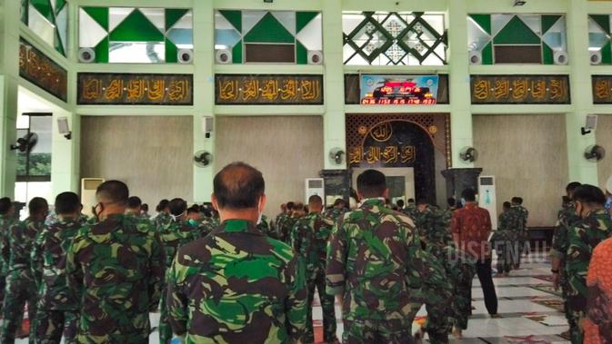 Melihat Salat Jumat Di Mabes TNI AU di Masa Transisi New Normal (Foto:Liputan6/Putu Merta Surya Putra)