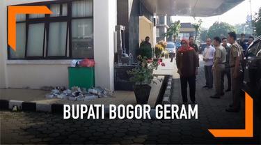 Bupati Bogor, Ade Yasin melakukan inspeksi mendadak ke kantor Sat Pol PP Kabupaten Bogor di hari pertama kerja usai libur lebaran. Sesampainya di lokasi, ada kejadian yang membuatnya geram.