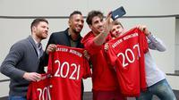 Empat pemain Bayern Munchen (dari kiri ke kanan): Xabi Alonso, Jerome Boateng, Javi Martinez, dan Thomas Muller, memperpanjang durasi kontrak bersama Die Roten.