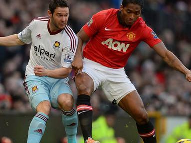 Duel antara Antonio Valencia  dan Matt Jarvis pada pertandingan sepak bola Liga Utama Inggris antara Manchester United dan West Ham United di Old Trafford, Sabtu 21 Desember 2013.(AFP/Andrew Yates).