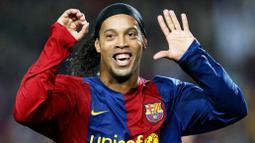 1. Ronaldinho - Mantan Bintang Barcelona dan AC Milan ini memiliki nama asli Ronaldo de Assis Moreira. Nama beken Ronaldinho yang terpampang pada jersey nya mengandung arti Ronaldo Kecil. (AFP/Lluis Gene)