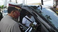 Polantas Polres Bogor memeriksa surat domisili pengemudi mobil  yang melintasi Pos Pengawasan Larangan Mudik di Cigombong, Bogor, Rabu (29/4/2020). (merdeka.com/Arie Basuki)