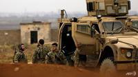 Pasukan demokrasi Suriah dan militer AS melakukan patroli keamanan di Kota Al-Darbasiyah (AFP/Delil Souleiman)