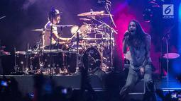 Ekspresi vokalis Incubus, Brandon Boyd saat bernyanyi dalam konser di Jakarta, Rabu (7/2). Incubus membawakan lagu-lagu andalan mereka dari delapan album yang sudah diluncurkan. (Liputan6.com/Faizal Fanani)