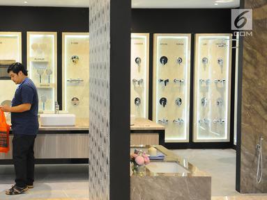 Pengunjung melihat produk kamar mandi Roca pada pameran Indobuildtech 2019 di ICE BSD City, Tangerang, Banten (20/3). Roca merupakan perusahaan yang berfokus pada solusi perlengkapan kamar mandi. (Liputan6.com/Angga Yuniar)