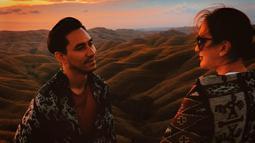 Lihat tatapan Darius membuktikan bagaimana rasa cinta dan sayangnya ke sang istri. Keduanya juga terlihat menikmati pemandangan alam di Labuan Bajo. (Liputan6.com/IG/@darius_sinathrya)