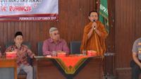 Pemuka agama Budha asal Banyumas mengajak warga untuk mengirimkan protes kepada Kedubes Myanmar untuk menghentikan kekerasan pada Rohingya. (Liputan6.com/Muhamad Ridlo)