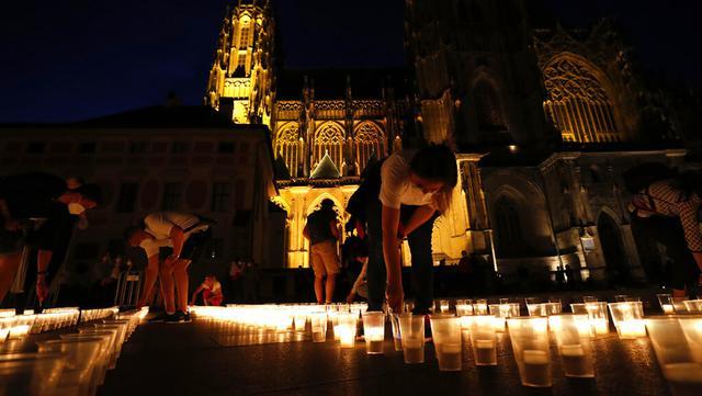 Warga menyalakan lilin untuk memperingati para korban pandemi virus corona COVD-19 di Kastil Praha, Praha, Republik Ceko, Senin (10/5/2021). Republik Ceko melonggarkan pembatasan terkait COVID-19 secara besar-besaran kendati hampir 30 ribu orang telah meninggal. (AP Photo/Petr David Josek)