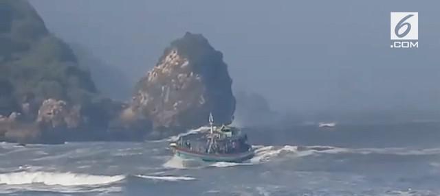 Video rekaman detik-detik kapal nelayan Joko Berek terbalik di telan ombak di perairan Jember.