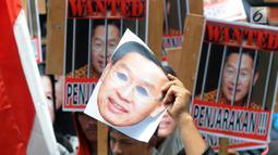 Massa membawa foto CEO Lippo Group, James Riady saat menggelar unjuk rasa di depan Gedung KPK, Jakarta, Rabu (25/10). Massa menuntut KPK segera menyeret James Riyadi terkait kasus dugaan suap perizinan proyek Meikarta. (Merdeka.com/Dwi Narwoko)