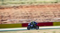 Pembalap Movistar Yamaha, Valentino Rossi saat beraksi pada kualifikasi MotoGP Aragon 2018. (Twitter/Yamaha MotoGP)