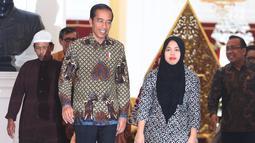 Presiden Joko Widodo menerima kedatangan Siti Aisyah di Istana Merdeka, Jakarta, Selasa (12/3). Siti dibebaskan dari dakwaan hukum kasus pembunuhan Kim Jong Nam di Pengadilan Tinggi Shah Alam, Kuala Lumpur, Malaysia. (Liputan6.com/Angga Yuniar)