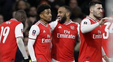 Penyerang Arsenal, Reiss Nelson (kedua kiri) berselebrasi dengan rekan-rekannya usai mencetak gol ke gawang Leeds United pada pertandingan Piala FA di Emirates Stadium, Inggris (6/1/2019). Arsenal menang tipis 1-0 atas Leeds. (AP Photo/Kirsty Wigglesworth)