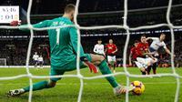 Kiper  Manchester United, David de Gea melakukan penyelamatan dengan kakinya dari tendangan Striker Tottenham Hotspur, Harry Kane selama pertandingan lanjutan Liga Inggris di stadion Wambley, London (13/1). MU 1-0 atas Tottenham. (AP Photo/Matt Dunham)
