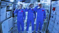 Tiga Astronaut China, berpose dan memberi hormat setelah berhasil memasuki modul Stasiun Luar Angkasa Tianhe pada Kamis (17/6/2021). (Photo credit: Jin Liwang/Xinhua via AP)