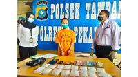 Tersangka narkoba dan barang bukti 16 paket sabu di Polsek Tampan, Pekanbaru. (Liputan6.com/M Syukur)
