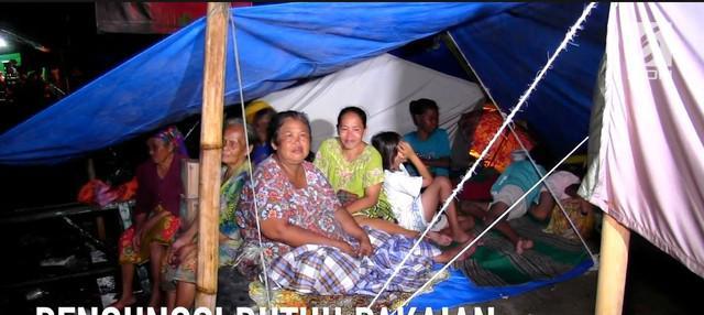 Ratusan warga korban banjir di kabupaten Cirebon, Jawa Barat, mendirikan tenda di jalur Pantura,  Senin malam (12/3/18).