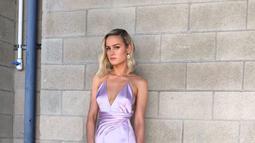 Gaun yang dikenakan oleh Brie Larson ini dari Celine. Gaun panjang ini memiliki warna semburat ungu muda, mirip dengan warna kulit Thanos. (Liputan6.com/IG/brielarson)