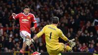 Kiper Crystal Palace, Julian Speroni, mengamankan peluang Jesse Lingard, Kamis (21/4/2016) dinihari. (OLI SCARFF / AFP)