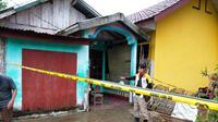 Rumah korban EY dipasang police line di Kabupaten Banyuasin Sumsel (Liputan6.com / Nefri Inge)