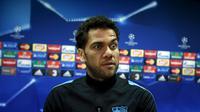 Dani Alves Tolak Jawab Pertanyaan Media Madrid (REUTERS/Albert Gea)
