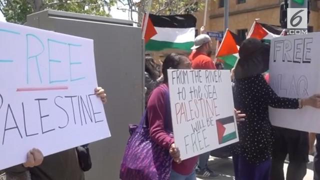 Ratusan warga AS turun ke jalan menggelar aksi dukungan untuk Palestina, setelah  puluhan warga Palestina tewas ditembaki tentara Israel.