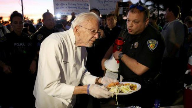 Arnold Abbott ditangkap karena membagikan makanan kepada kaum tunawisma Fort Lauderdale. (Sumber ibtimes.co.uk)