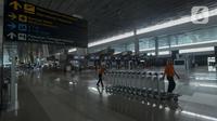 Aktivitas petugas di Terminal 2F Terminal 3 Bandara Soekarno Hatta, Tangerang, Banten, Jumat (24/4/2020). Pemerintah menghentikan sementara penerbangan komersil baik dalam maupun luar negeri untuk mencegah penyebaran COVID-19. (merdeka.com/Imam Buhori)