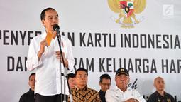 Presiden Jokowi menyampaikan keterangan dalam penyerahan KIP dan PKH di SMA Negeri 1 Palembang, Sumatra Selatan (22/1). Dalam kunjungan kerjanya tersebut Presiden Jokowi menyerahkan langsung kepada 1.700 penerima KIP. (Liputan6.com/Pool/Biro Setpres)
