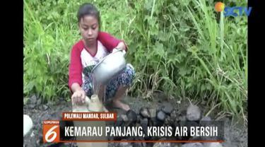 Warga juga berupaya membuat sumur buatan di bibir sungai untuk mendapatkan air.