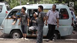 Sejumlah sopir angkot Tanah Abang melakukan aksi dengan memarkirkan angkotnya di depan Balai Kota DKI Jakarta, Rabu (31/1). Mereka juga menuntut agar Pemprov DKI Jakarta segera membuka kembali jalan tersebut. (Liputan6.com/Arya Manggala)