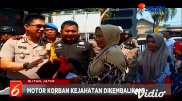 Satreskrim Polres Blitar Kota meringkus komplotan begal yang selama ini meresahkan warga. Dua dari tujuh begal itu, ditembak Polisi karena melawan saat ditangkap.
