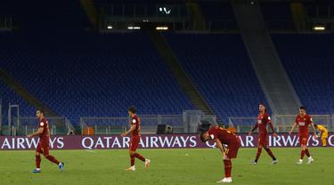 Para pemain Roma meninggalkan lapangan usai pertandingan melawan Udinese pada lanjutan Liga Serie A Italia di stadion Olimpiade Roma, Italia (2/7/2020). Roma takluk 0-2 atas Udinese. (AP Photo/Riccardo de Luca)