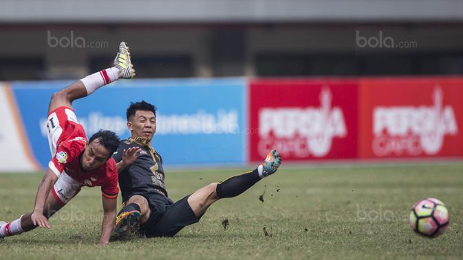 Gelandang Borneo FC, Wahyudi Hamisi, menjatuhkan gelandang Persija, Novri Setiawan, pada laga Liga 1 di Stadion Patriot Bekasi, Jawa Barat, Minggu (16/7/2017). Borneo FC kalah 0-1 dari Persija. (Bola.com/Vitalis Yogi Trisna)
