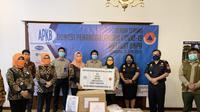 Bea Cukai bersama Asosiasi Pengusaha Kawasan Berikat (APKB) memberikan bantuan alat kesehatan berupa APD, masker, sanitizer, sabun antiseptik, dan sarung tangan karet yang diserahkan melalui BNPB.