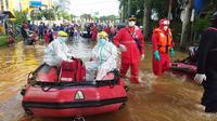Seorang warga yang berada di Jalan Cipinang Bali II, RT 12, RW 13 evakuasi ke Wisma Atlet. Warga atas nama inisial RI yang dievakuasi ini diketahui terpapar Covid-19.