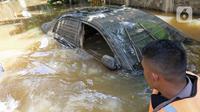Sebuah mobil terendam banjir yang melanda kawasan Pela Mampang Pulo, Jakarta, Kamis (2/1/2020). Sejumlah rumah di kawasan Pela Mampang Pulo terpantau masih terendam banjir. (Liputan6.com/Herman Zakharia)