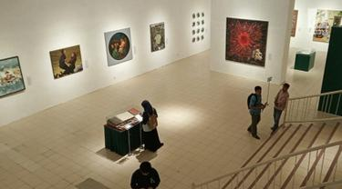 Suasana pameran gambar babad Diponegoro di Museum Jogja Galeri,  Jalan Pekapalan Yogyakarta,  Minggu (10/2). Sebanyak 51 Seniman mengikuti acara pameran ini yang menceritakan perang Jawa Pangeran Diponegoro melawan penjajah Belanda. (Liputan6.com/Gholib)