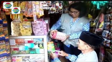 Petugas merazia sejumlah makanan dan minuman kemasan di pasar tradisional di Purbalingga, Jawa Tengah.