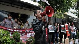Pengunjuk rasa menyampaikan orasi saat menggelar aksi di depan Kedubes Arab Saudi, Jakarta, Selasa (20/3). Sejumlah atribut bentuk penolakan hukuman mati dibawa oleh para pengunjuk rasa yang kompak berseragam serba hitam. (Merdeka.com/Iqbal S. Nugroho)