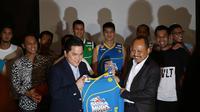 Komisaris Indonesia Sport Venture, Erick Thohir memberikan jersey Satria Muda kepada VP Retail Fuel Marketing Pertamina, Afandi pada peluncuran logo dan tim Satria Muda Pertamina di Hotel Fermont, Jakarta, Kamis (07/01/2016). (Bola.com/Nicklas Hanoatubun)