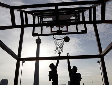 Dua orang warga berusaha memasukan bola saat olahraga basket. (Bola.com/M. Iqbal Ichsan)