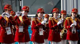 Pemandu sorak Korea Utara memainkan clarinet saat menyambut atlet asal negaranya di Desa Olimpiade, Gangneung, Korea Selatan, Kamis (8/2). (AP Photo / Jae C. Hong)