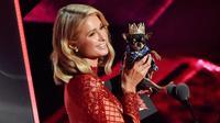 Aktris Paris Hilton berada di atas panggung selama iHeartRadio Music Awards 2018 di Inglewood, California, AS (11/3). Paris Hilton tampil dengan anjing Chihuahua peliharaannya. (Photo by Chris Pizzello/Invision/AP)
