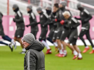 Pelatih Bayern Munchen, Jupp Heynckes, mengamati anak asuhnya saat latihan di Munchen, Senin (4/12/2017). Munchen bersiap jelang laga big match Liga Champions melawan PSG. (AFP/Guenter Schiffmann)