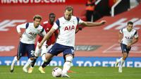 Striker Tottenham Hotspur, Harry Kane, mencetak gol penalti ke gawang Manchester United pada laga Liga Inggris di Stadion Old Trafford, Minggu (4/10/2020). Tottenham menang dengan skor 6-1. (Carl Recine/Pool via AP)